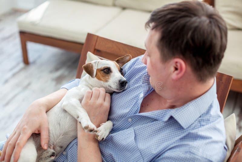 有狗的人在家 库存照片