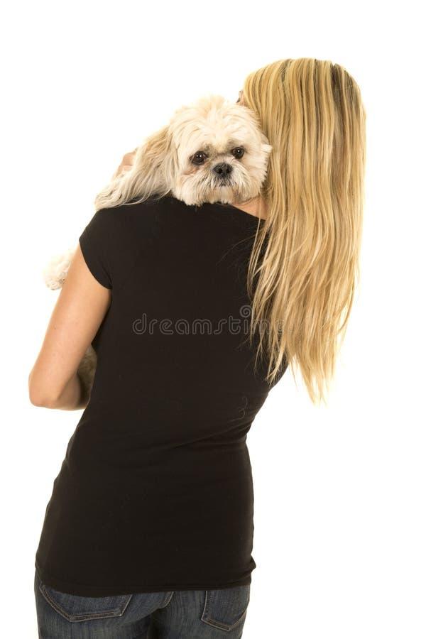 有狗的妇女黑衬衣在哀伤肩膀的看起来 免版税图库摄影