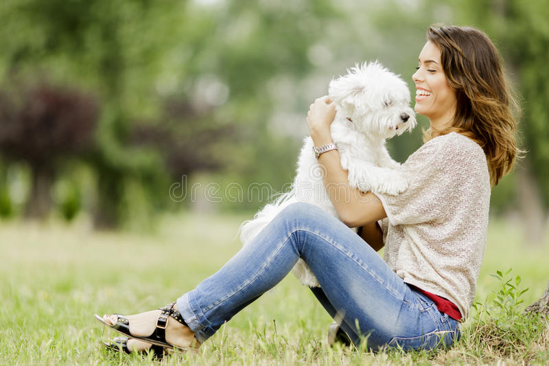 有狗的少妇 免版税库存图片