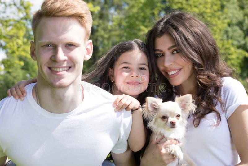 有狗的幸福家庭 免版税库存照片