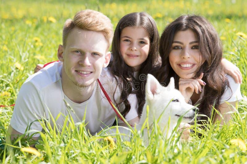 有狗的幸福家庭 图库摄影