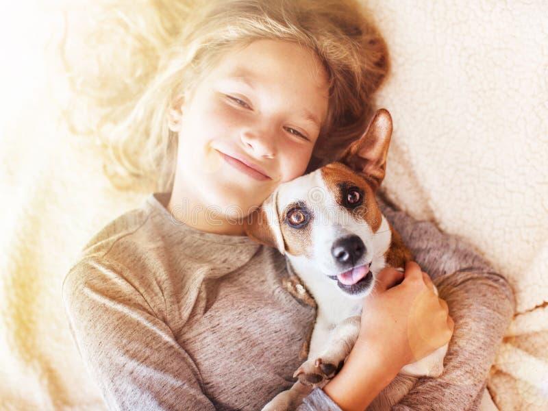 有狗的微笑的孩子 免版税图库摄影