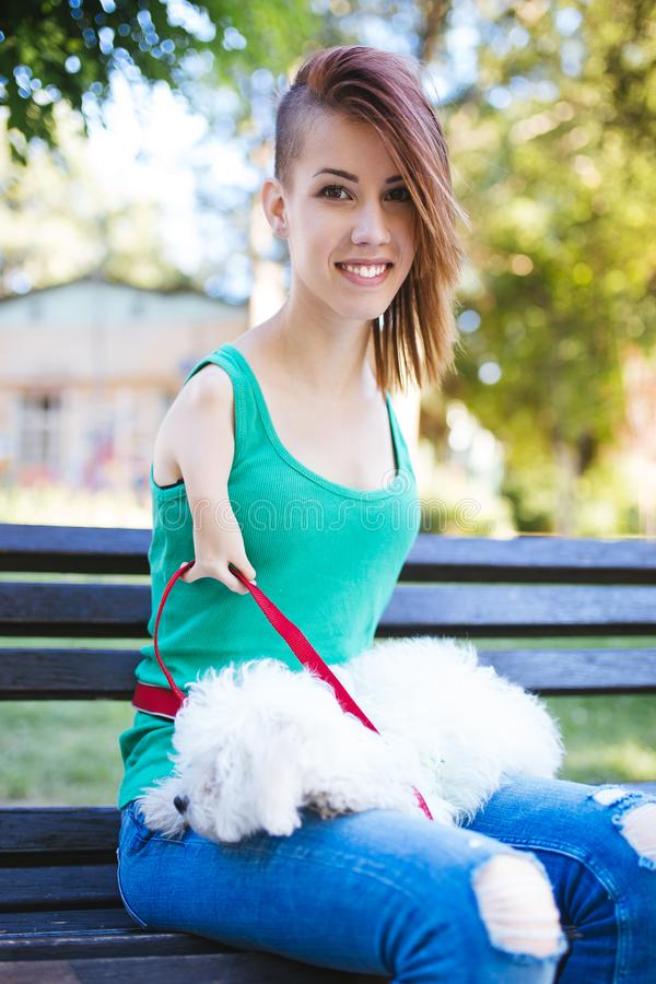 有狗的残疾少妇 免版税库存照片