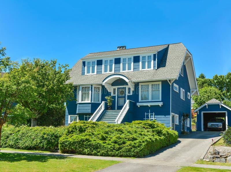 有独立式车库的大北美洲家庭房子在温哥华的郊区 免版税库存照片