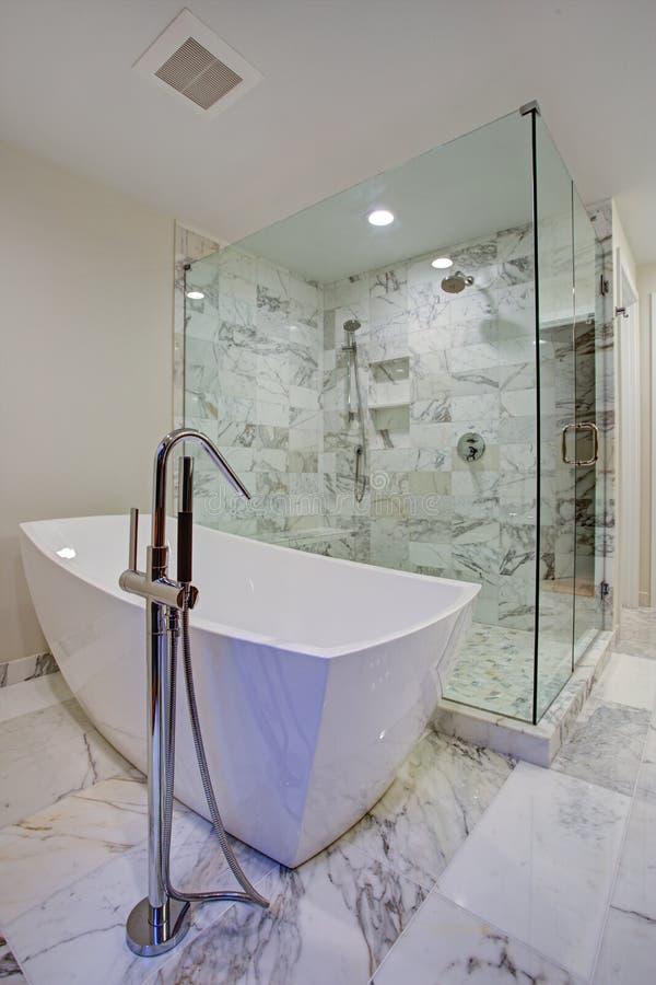 有独立浴缸和步行的光滑卫生间在阵雨 库存照片