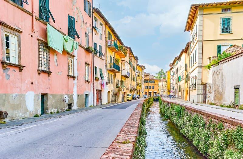 有狭窄的渠道的在中部,卢卡,它中世纪街道 免版税图库摄影