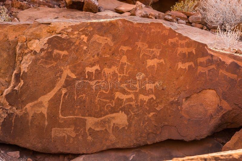 有狮子人的狮子板材和在推菲尔泉的其他丛林居民史前岩石板刻 免版税库存图片