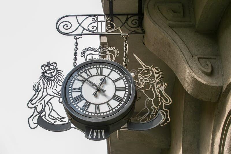 有狮子的图和一只独角兽的街道都市金属时钟在利沃夫州,乌克兰  免版税库存照片