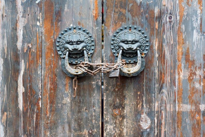 有狮子通道门环的老中国传统木门 免版税图库摄影