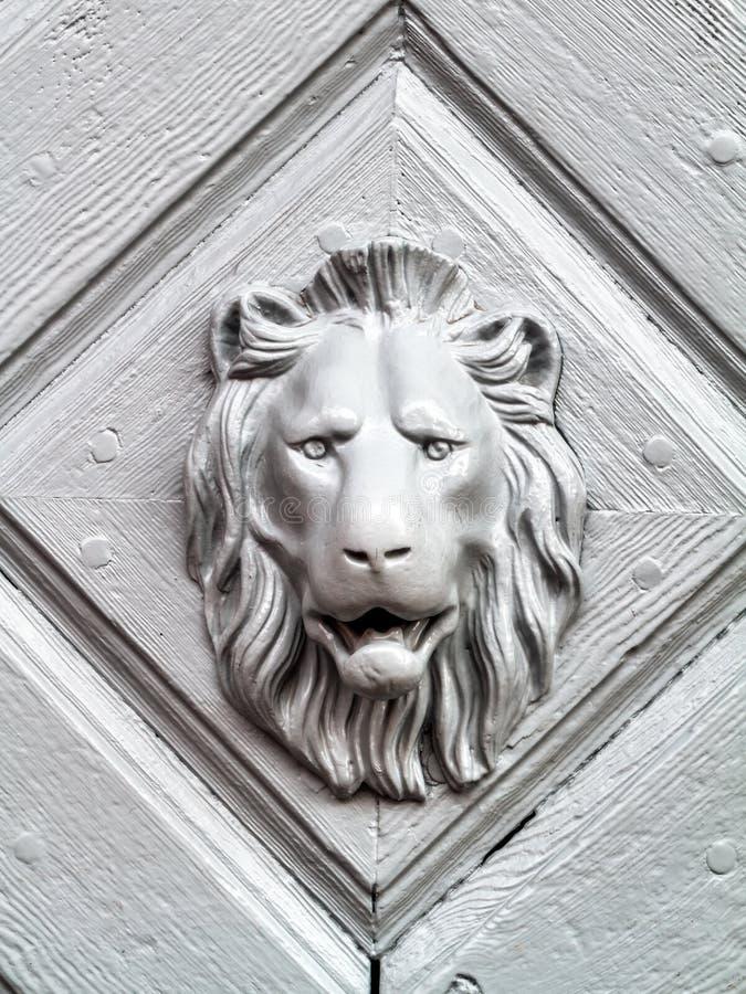 有狮子面孔的葡萄酒门把 库存图片
