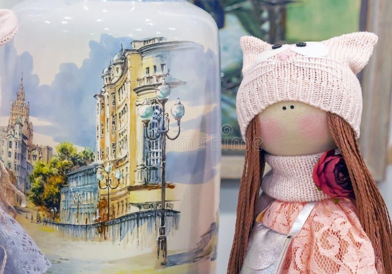 有猪尾的织品玩偶在一个被编织的帽子 免版税图库摄影