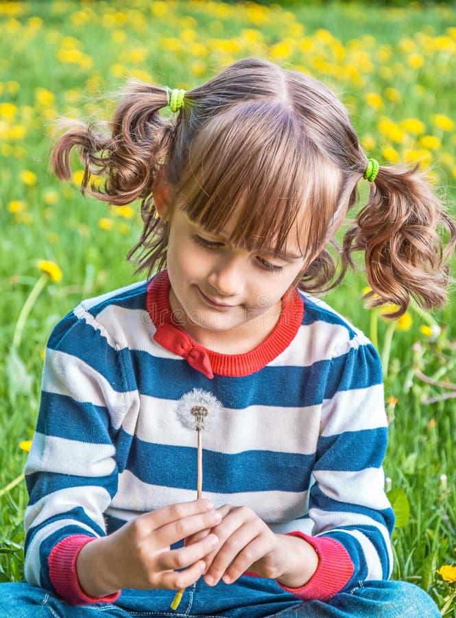 有猪尾的迷人的女孩 免版税库存照片