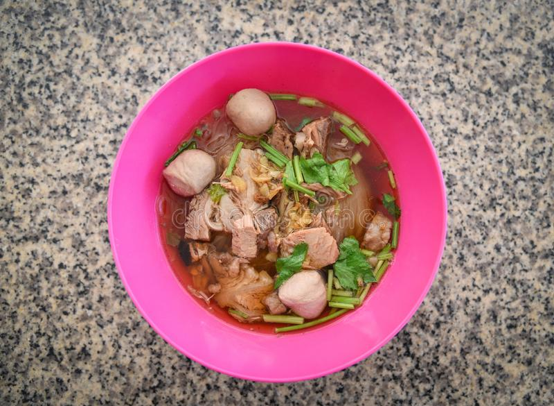 有猪肉球的汤面碗和亚洲人菜传统泰国中国风格食物  库存照片