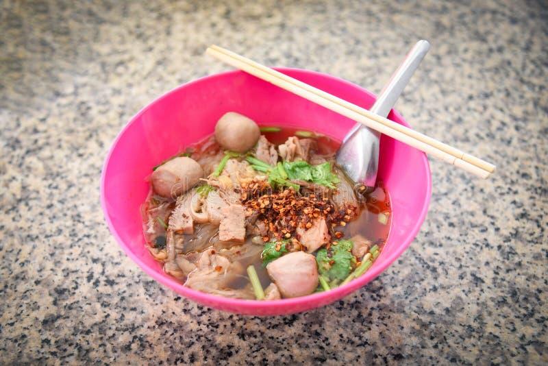 有猪肉球菜亚洲人传统泰语和中国风格食物的汤面碗  免版税库存图片