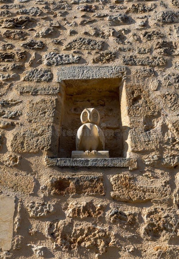 有猫头鹰一个小雕象的中世纪石墙在Domme,多尔多涅省 库存照片