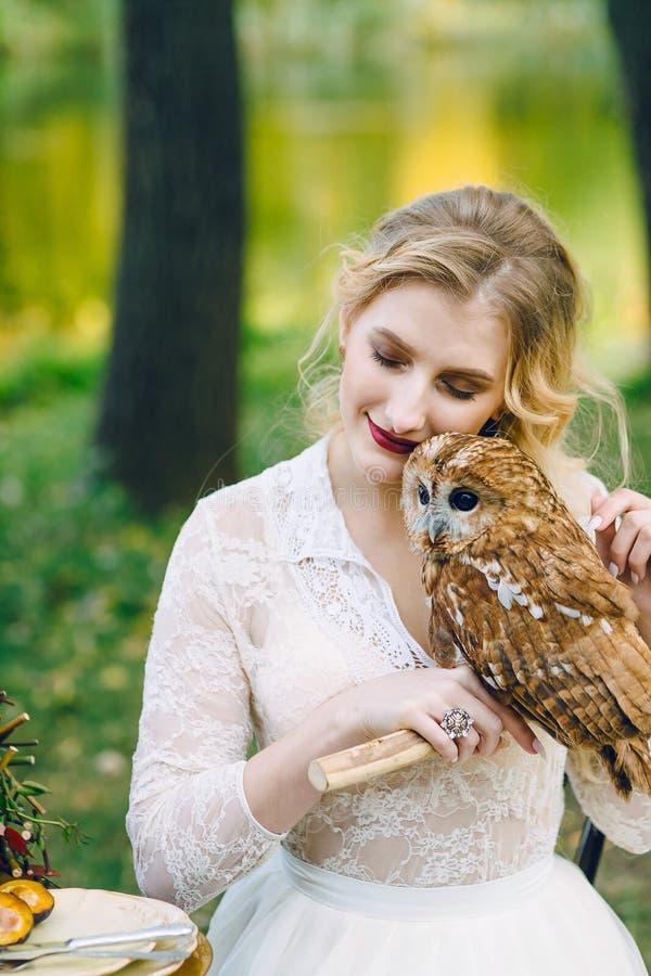 有猫头鹰的美丽的女孩 有猫头鹰的新娘 库存图片