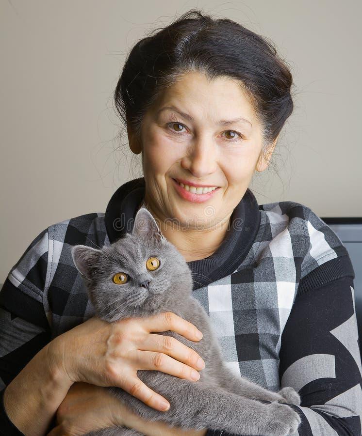 有猫的俏丽的妇女 库存图片
