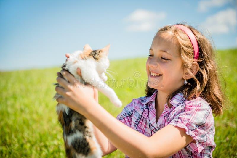有猫的孩子 图库摄影