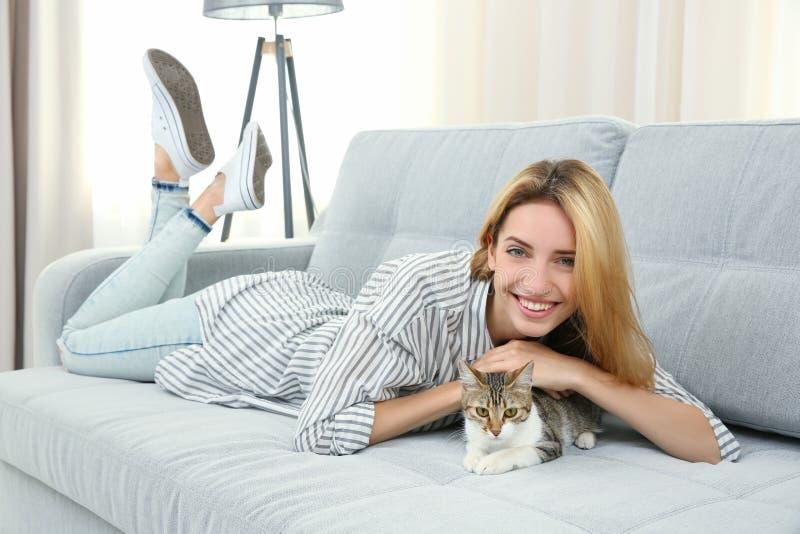 有猫的年轻美丽的妇女 免版税库存图片