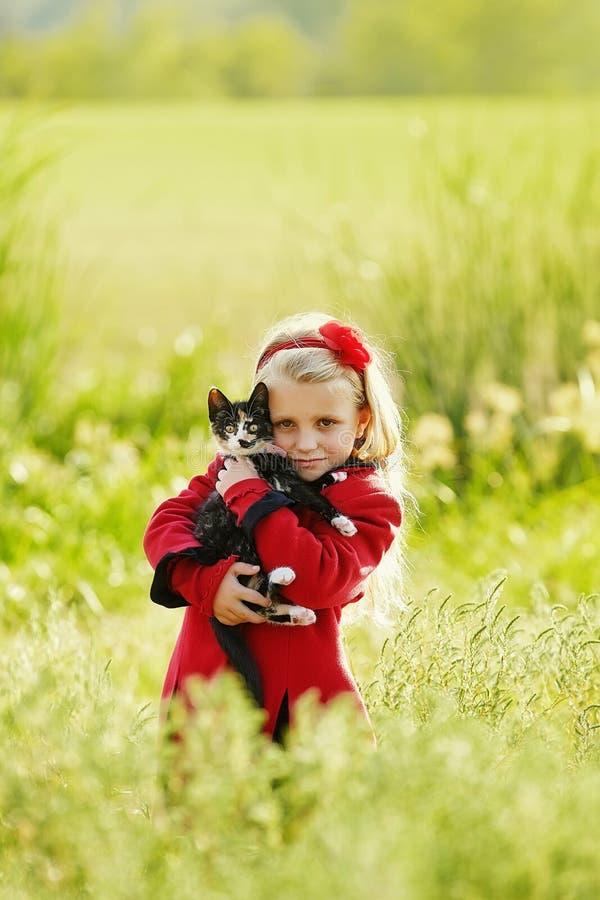有猫的逗人喜爱的女孩 图库摄影