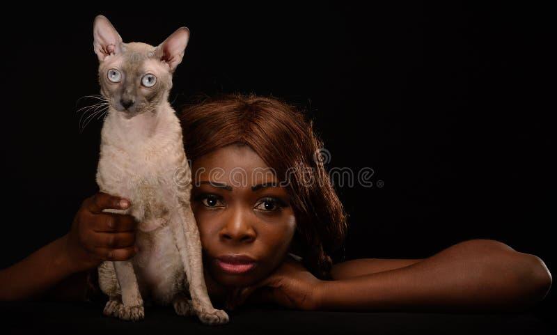 有猫的非裔美国人的妇女 免版税库存图片