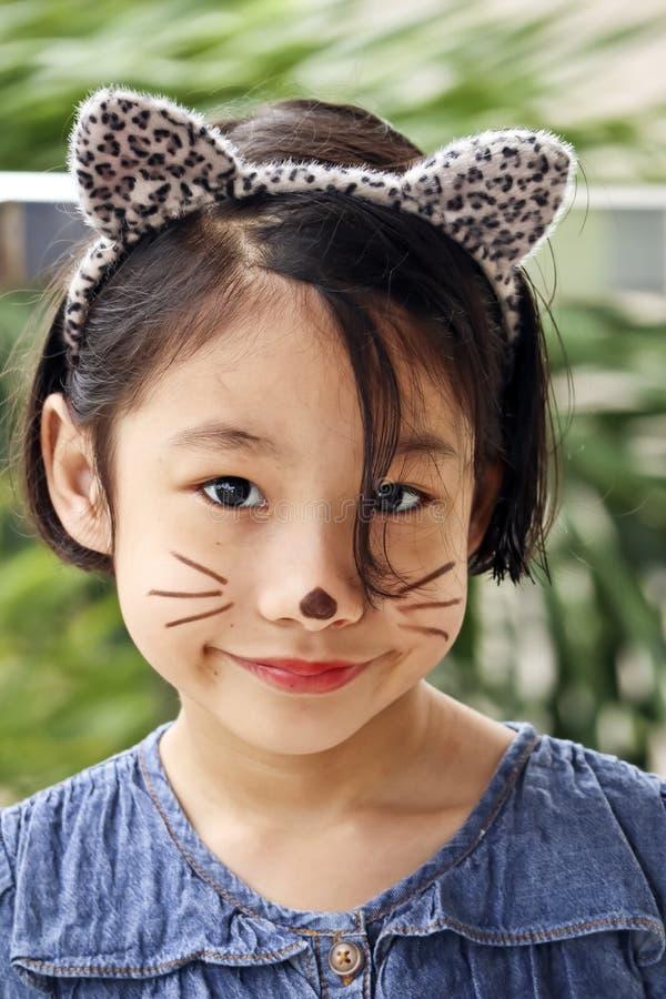 有猫面孔油漆的俏丽的少女 库存照片