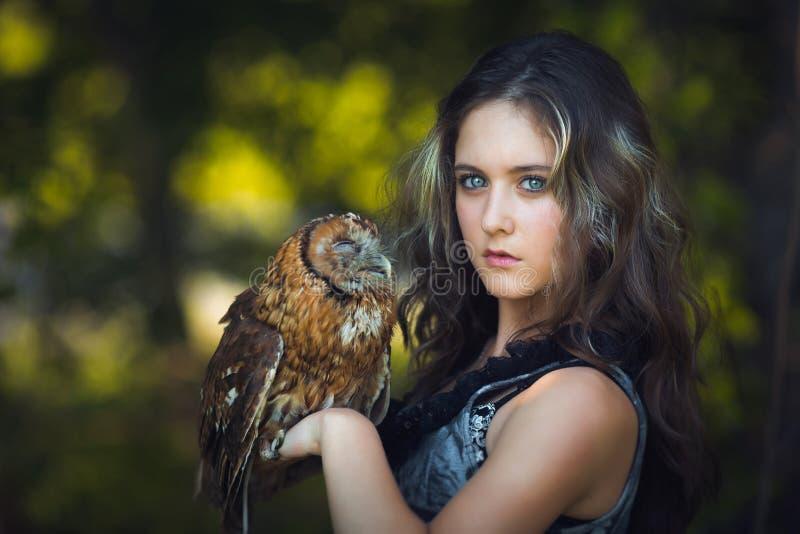 有猫头鹰的美丽的女孩 图库摄影