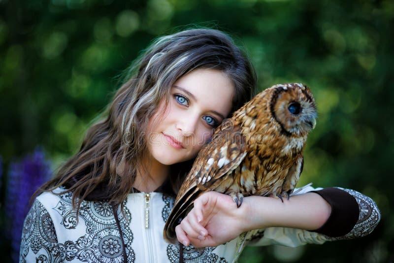 有猫头鹰的美丽的女孩 免版税库存照片