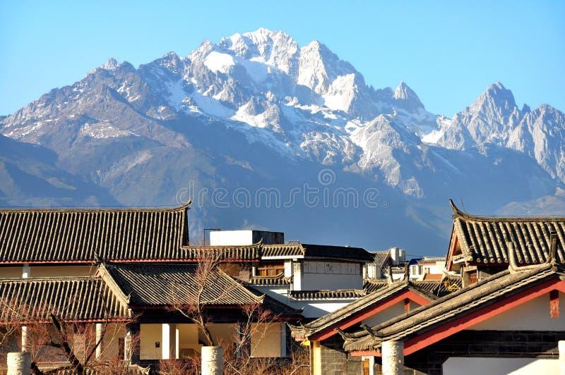 有玉龙雪山的屋顶 免版税库存图片