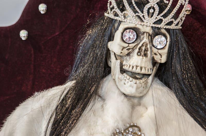 有王冠和大金刚石的头骨 富裕和死亡concep 免版税图库摄影