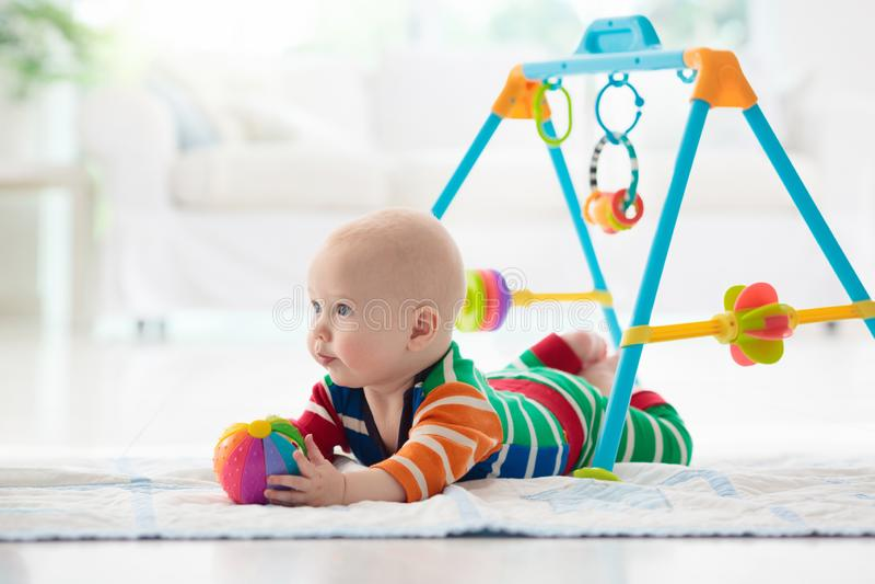 有玩具和球的男婴 免版税库存照片