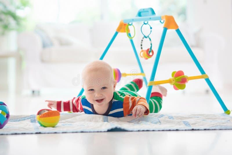 有玩具和球的男婴 免版税库存图片