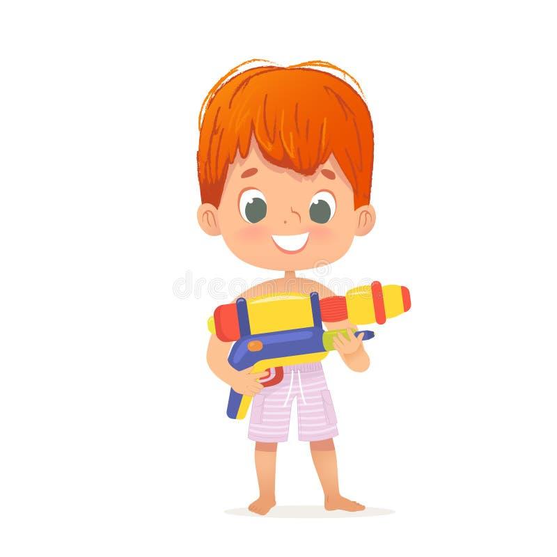 有玩具水枪摆在的微笑的逗人喜爱的红色头发男婴 与Toygun的池边聚会字符 海滩男孩字符 免版税库存图片