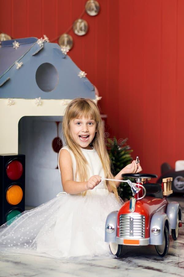 有玩具消防车的微笑的女孩 库存图片