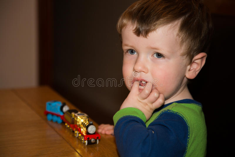 有玩具火车的年轻男孩 图库摄影