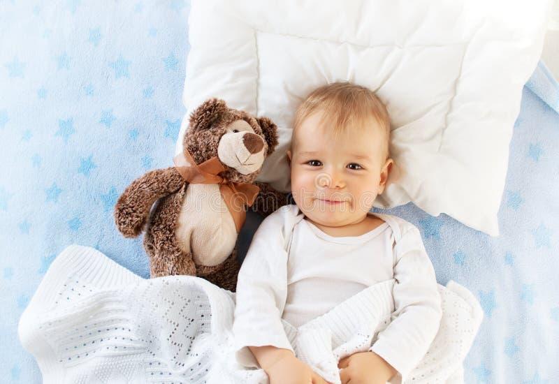 有玩具熊的一个岁婴孩 库存照片