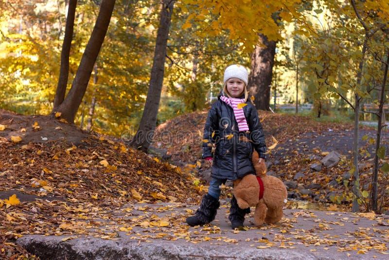 有玩具熊的可爱的女孩 图库摄影