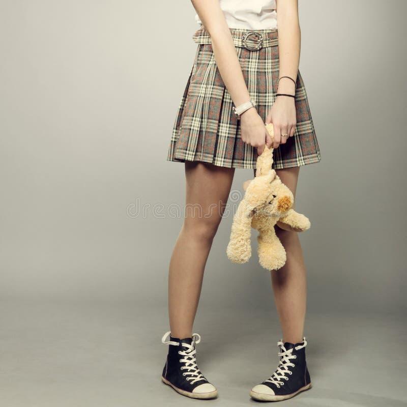 有玩具熊的少年女孩 免版税图库摄影