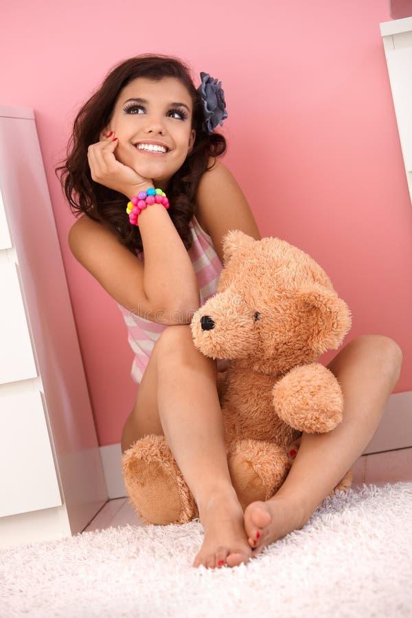 有玩具熊的愉快的十几岁的女孩 库存照片