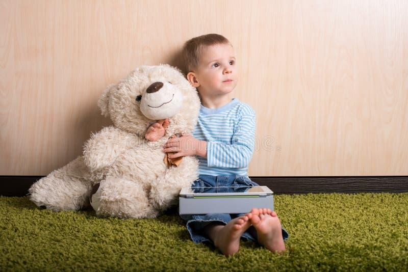 有玩具熊的男孩 免版税库存照片