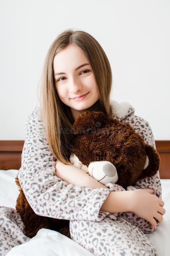 有玩具熊的青少年的女孩 库存图片