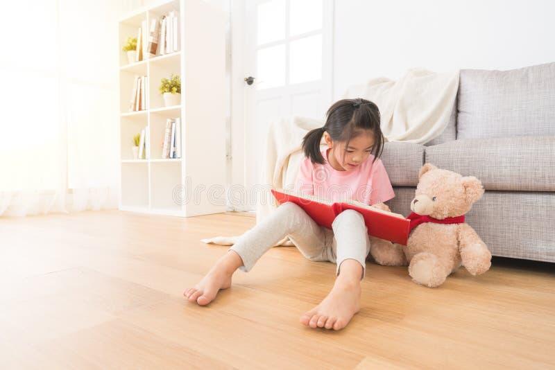 有玩具熊份额照片的逗人喜爱的小女孩 免版税库存照片