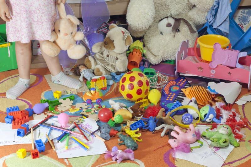 有玩具的杂乱孩子空间 免版税库存照片