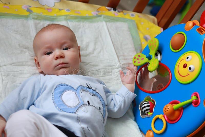 有玩具的男婴 免版税库存照片