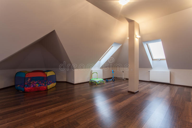 有玩具的红宝石家的顶楼 库存照片