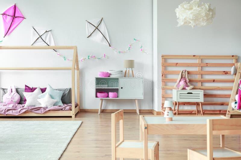 有玩具的舒适女孩` s卧室 库存图片