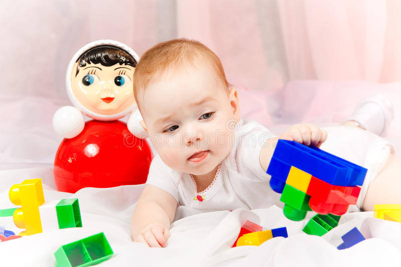 有玩具的讨人喜欢的婴孩 库存照片