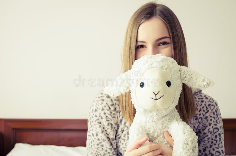 有玩具的青少年的女孩 免版税库存照片