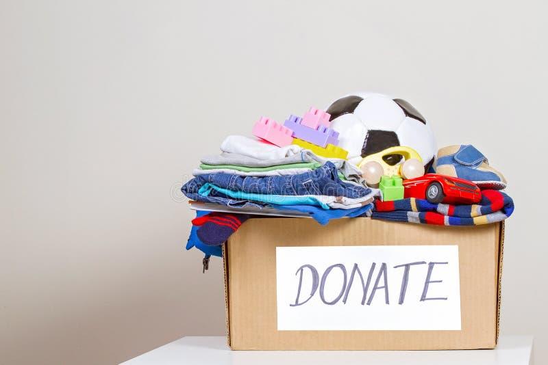 有玩具的,书,慈善的衣物捐赠箱子 免版税库存照片