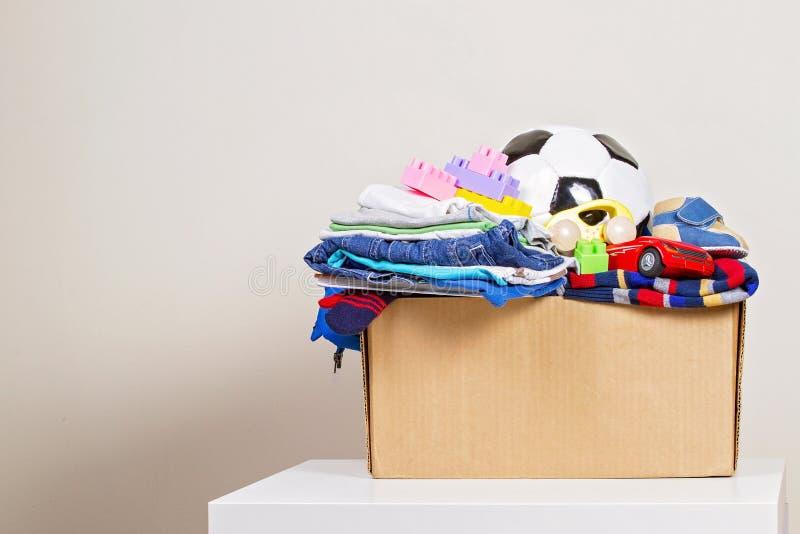 有玩具的,书,慈善的衣物捐赠箱子 库存图片
